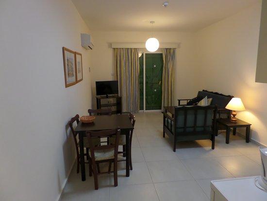 Kefalos Beach Tourist Village: Salon z aneksem + wyjście na taras