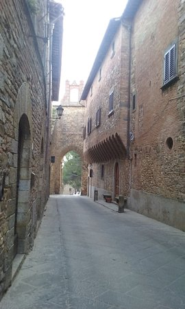 "Barberino Val d'Elsa, Italia: The main street of the village as it appears as you enter from ""Porta Romana"""
