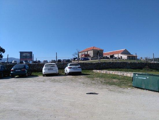 Galapagar, Ισπανία: la entrada con amplio aparcamiento