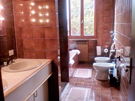 Bagno con doccia e vasca picture of locanda i tarocchi vailate