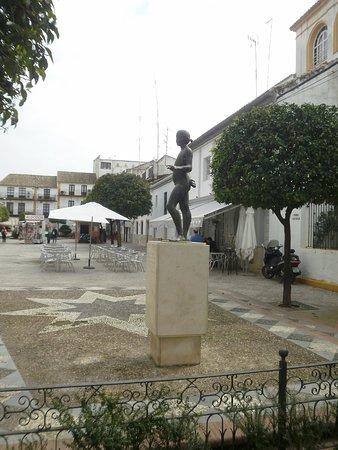 Estatua a la Nina del Aro