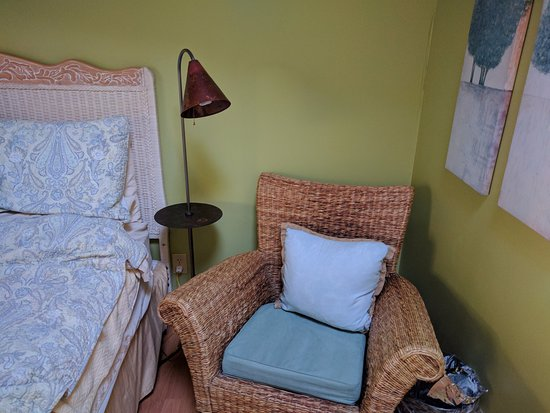 Inverness, CA: Nice seat & lamp in room #5