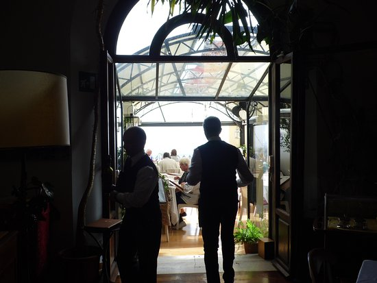 Caffe Poliziano: Waiters on the terrace