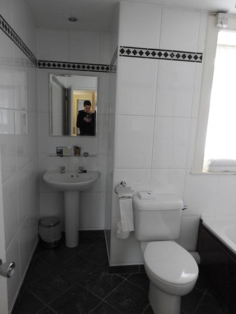 Hilton Edinburgh Grosvenor: First room old bathroom