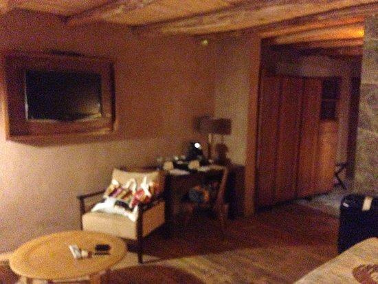 Hotel Cumbres San Pedro de Atacama: Área com 2 poltronas e mesa de trabalho
