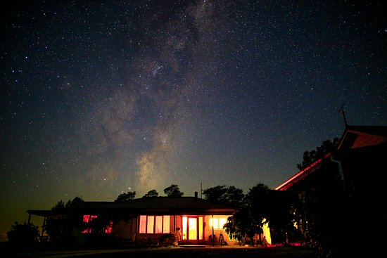 Sublime Lodge: The night sky above the house, guest accommodation at the right