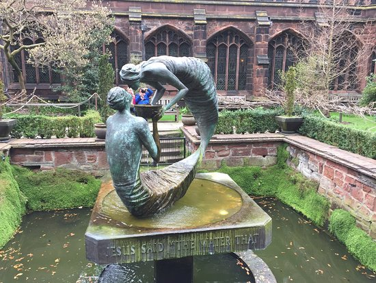 Chester Cathedral: Courtyard