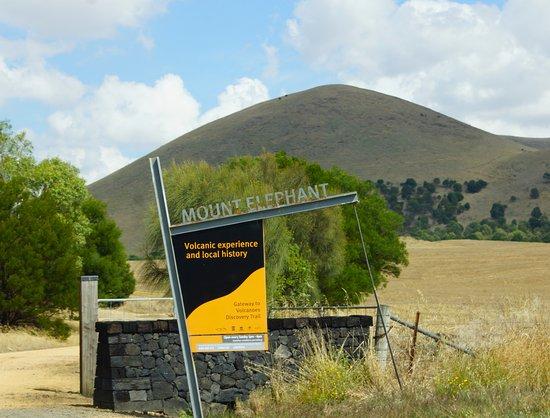 Derrinallum, Australia: Aussies visit Mount Elephant, Victoria