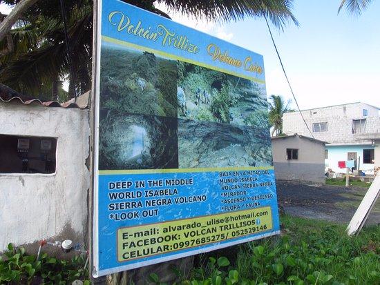 Puerto Villamil, Ecuador: Cartel yendo al Muro de Lágrimas