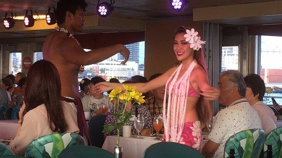 Star of Honolulu - Dinner and Whale Watch Cruises: いろんなタイプのフラショーで飽きさせない演出でした。