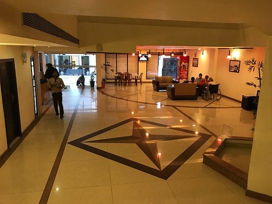 Hotel Hong Kong Inn: The 'airy' lobby