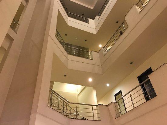 Hotel Hong Kong Inn: The atrium