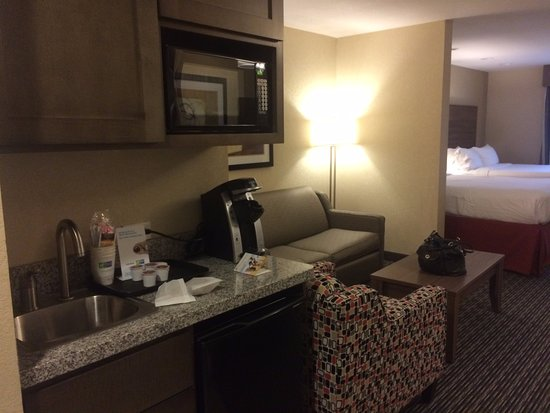 Holiday Inn Express & Suites Fredericksburg : Nice large room with two queen beds.