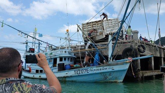 Ao Chaloklum Bay: Loading ice onto a fishing boat - Chaloklum Pier!