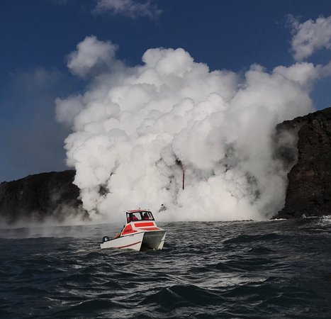 Pahoa, Hawái: Amazing how close we were able to get to the lava flow. We had plenty of space on the boat. We o