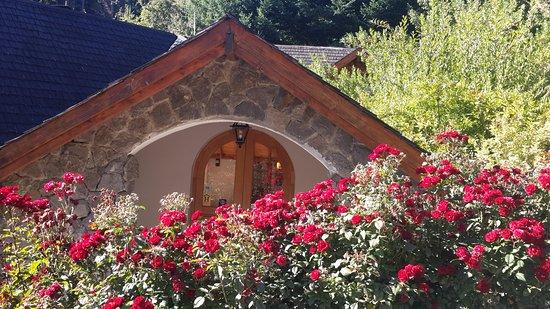 Aldea de los Andes: El jardin esta lleno de flores.