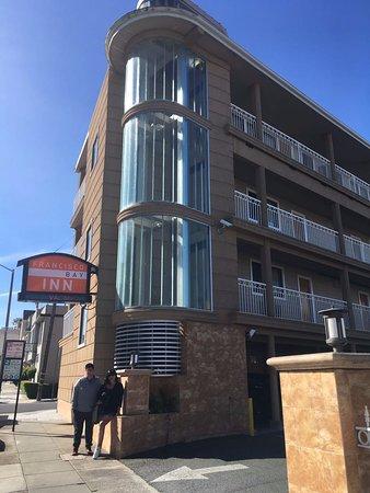 Francisco Bay Inn: Nosotros nos hospedamos en el tercer piso y teníamos una buena vista de la calle.