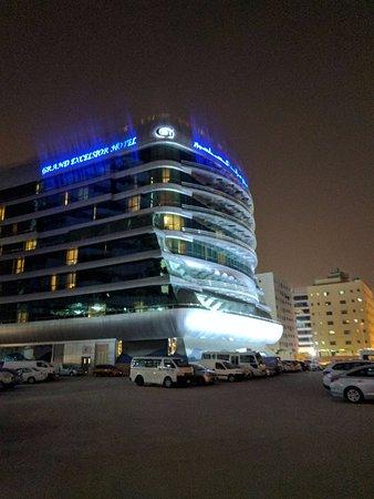 Grand Excelsior Hotel Al Barsha: Stern of a cruise ship?