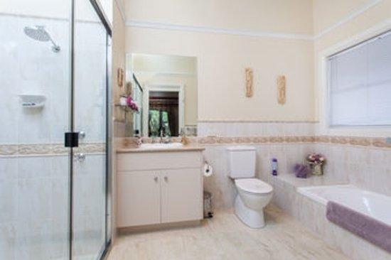 Lismore, Australia: Purple Bathroom