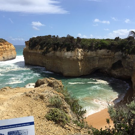 Port Campbell, Australien: Lock and gorge, you can walk down to this beach if you wish