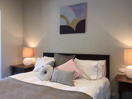 Yarra Glen, Australië: Hilltop Spa Villa king bedding with luxury linean