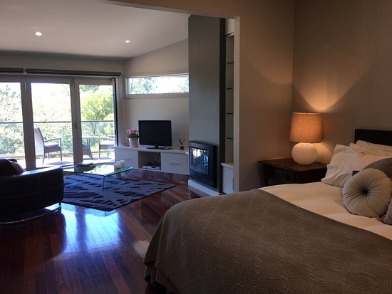 Yarra Glen, Australië: Open plan living in Hilltop Spa Villa - gas fire, TV, DVD and more