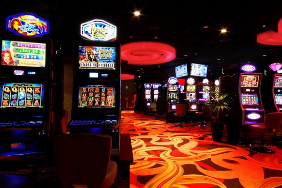 Helensvale, Australia: Try your luck with 210 of the latest gaming machines.
