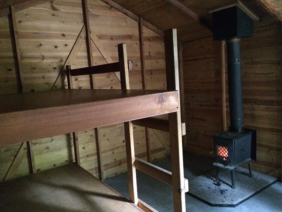 Boonville, Калифорния: the bunk beds with the wood stove - Hendy Woods State Park