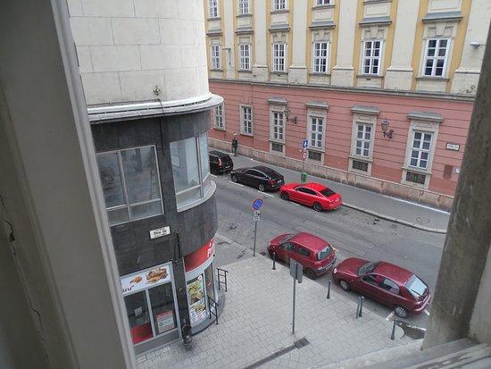 City Hotel Pilvax: Вот на той улочке- можно на ночь поставить машину.Слева-до конца улицы -подземный гараж. Цена -н