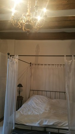 Hotel Goldenes Kreuz: Bedroom with canopied bed and beamed ceiling