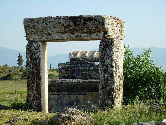 Anatolia Cemetery : 這個殘存的石門 說明這個墓室非常大 卻只剩下門而已