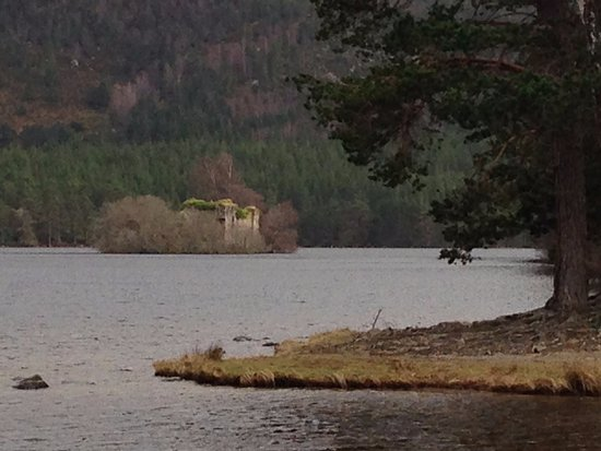 Aviemore, UK: castle ruins on the island in the lochan