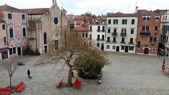 Hotel La Residenza: The square from the window, a restaurant either side, the church where Antonio Vivaldi was bapti