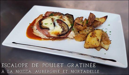 Ecully, France: Plat du jour : Escalope de poulet gratinée à la mozzarella, aubergine et mortadelle. Pommes de t