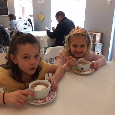 Hinckley, UK: Yummy hot chocolate for the girls