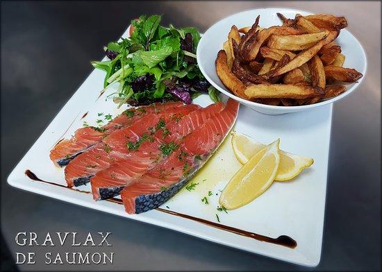Ecully, France: Suggestion : Gravlax de saumon, jeunes pousses, frites maison