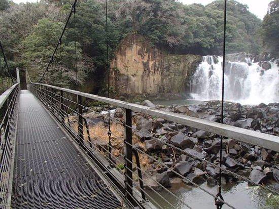 Sekinoo Fall: 滝の下流を渡る吊橋