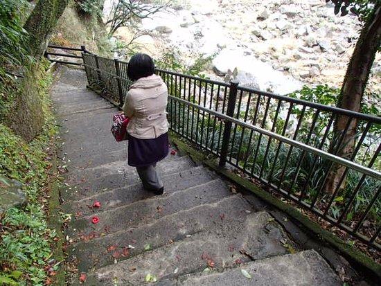 Sekinoo Fall: 吊橋手前までは車椅子で行けるがその先は階段があって難しいか