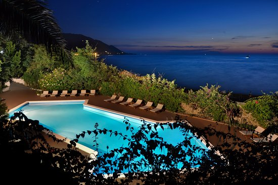 Palazzo Belmonte: seafront over-sized swimming-pool