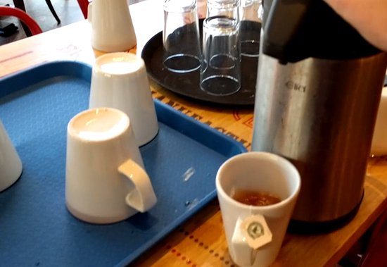 Γουέστ Μπρόμιτς, UK: dirty breakfast tea/oj self service