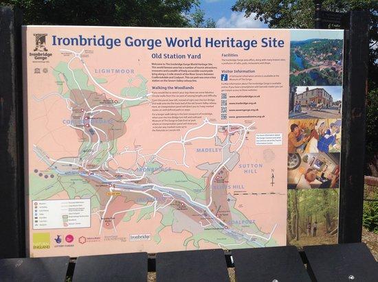 Ironbridge, UK: 駐車場にある橋と近隣の案内板