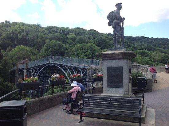 Ironbridge, UK: 橋と記念像