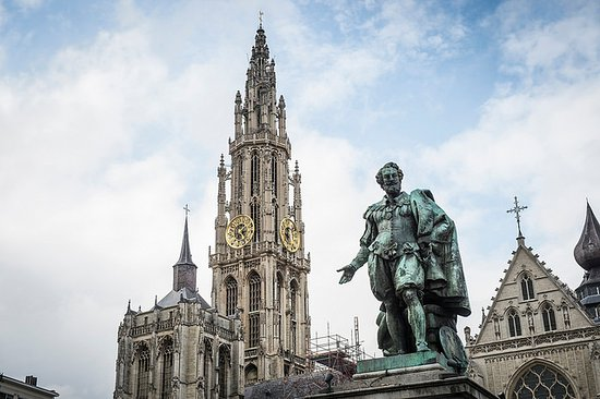Flanders, Belgien: Antwerp - Groenplaats with statue of Rubens.