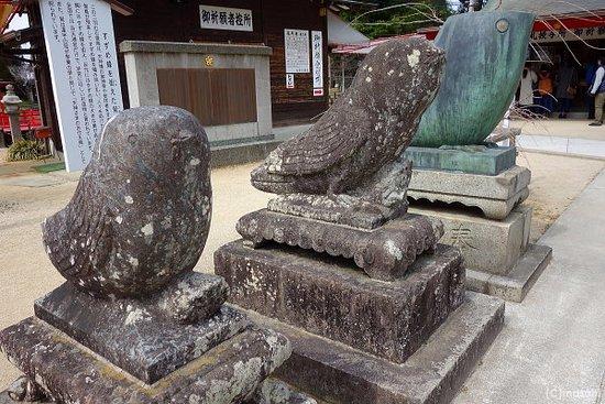 Chikugo, Japón: 鷽の石像