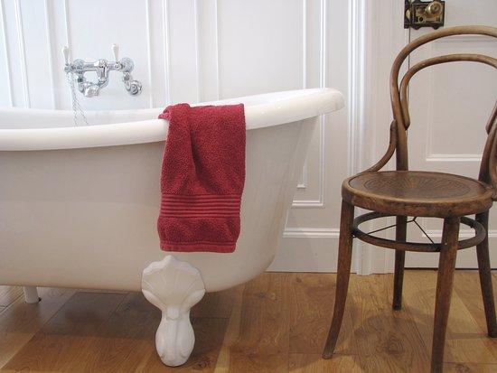 Athy, Irlanda: Large en-suite bathroom for our Master Room (double or twin room en-suite).