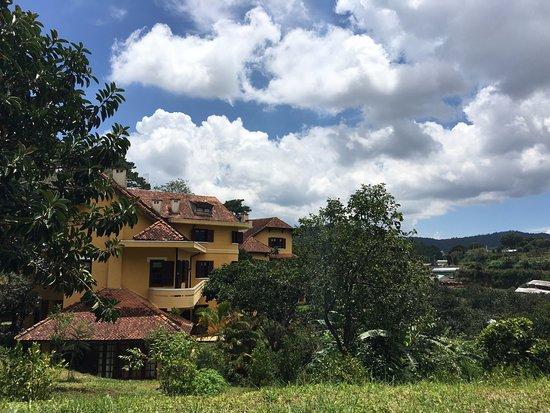 Ana Mandara Villas Dalat Resort & Spa: 마당에서 보이는 전경