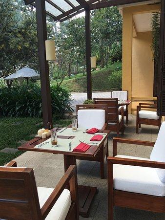 Ana Mandara Villas Dalat Resort & Spa: 야외가 분위기가 좋다