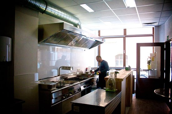 Stendal, Duitsland: Curry 21 von innen. Der Chef persönlich am Grill