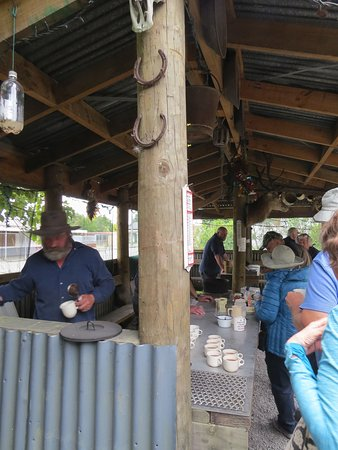 Reefton, Nowa Zelandia: Bearded Minors sharing their brewed tea with scones