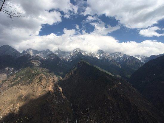 Shangri-La County, China: 날씨가 좋으면 멀리 설산이 보인다